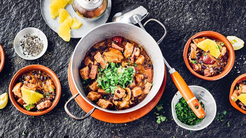 Probieren Sie unser Rezept für eine Feijoada einmal aus: Ein brasilianischer Eintopf mit schwarzen Bohnen, Kasseler, Speck und Cabanossi – herzhaft und lecker!