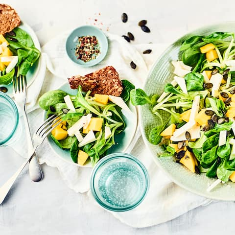 Probieren Sie unseren frischen Feldsalat mit fruchtiger Mango und würzigen Ziegenkäse. Dazu leckeres Vollkornbrot. Ein herrliches Gericht - auch für Vegetarier!