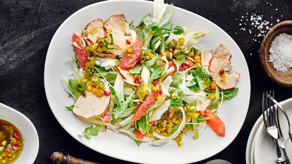 Probieren Sie unseren knackigen Salat aus Fenchel mit Blutorangenfilets und selbst geräuchertem Hähnchenbrustfilet.