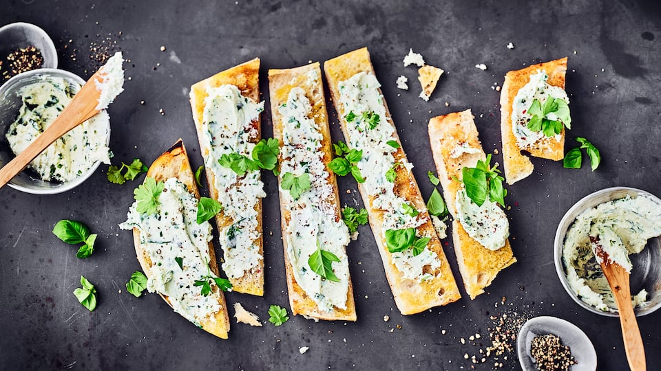 Ob  zum Grillen, dippen zum Antipasti auf frischem Baguette oder Fladenbrot. Fetacreme mit frischem Knoblauch, Petersilie und natürlich Feta ist blitzschnell zubereitet und schmeckt einfach lecker.