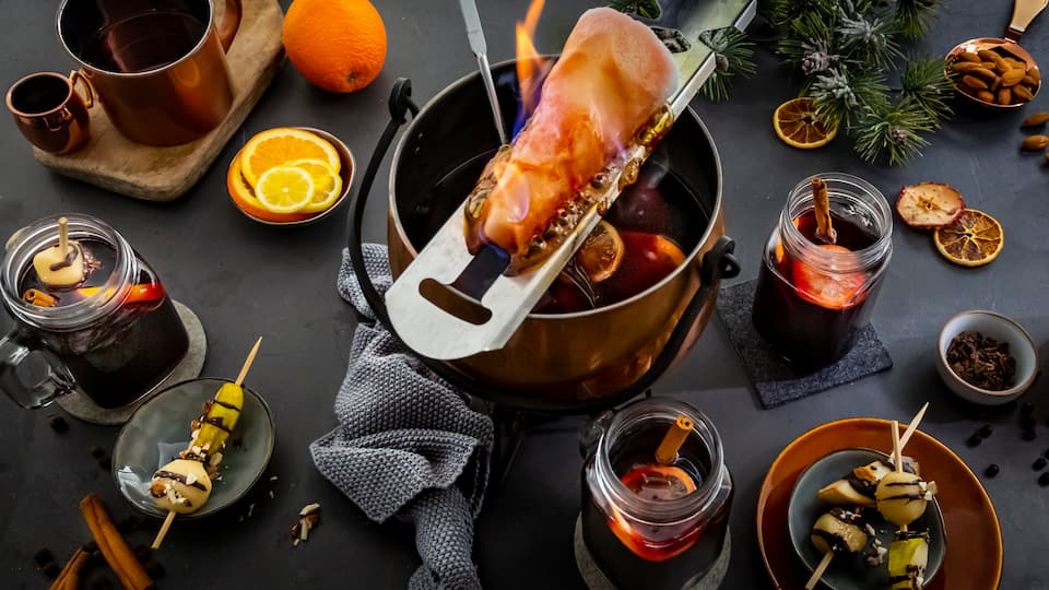 Servieren Sie auch in kleiner Runde den kultigen Rotweinpunsch. Nach unserem Feuerzangenbowle-Rezept ist das Heißgetränk schnell und einfach zubereitet und schmeckt in der kalten Jahreszeit, besonders an Weihnachten und Silvester.