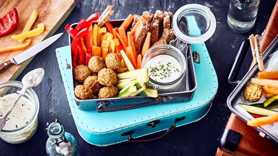Unser Rezept für veganes Fingerfood ist laktosefrei und in nur 10 Minuten zubereitet: Mit frischer Paprika, Karotte, Gurke und Kräutern – gleich ausprobieren!