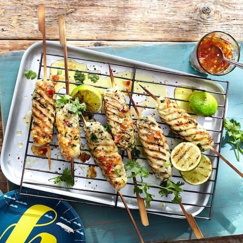 Probieren Sie Cevapcici einmal anderes: Weißes Fischfilet in Limetten-Curry-Marinade mit Paprika und Koriander zu Frikadellen geformt und auf den Grill gelegt – so schmeckt der Sommer!