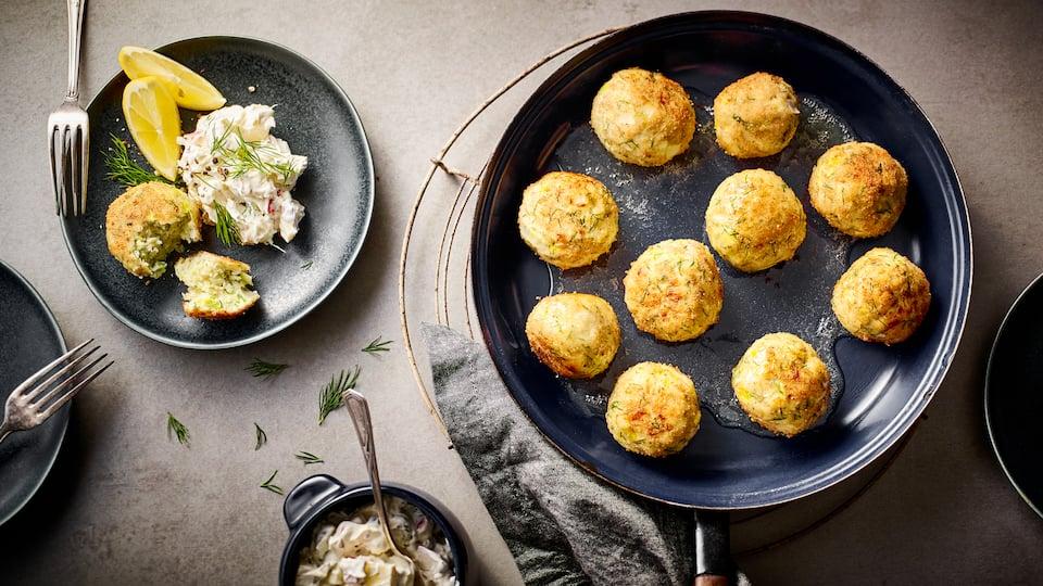Genießen Sie eine raffinierte Zwischenmahlzeit wie am Meer: Probieren Sie unser Rezept für pikante Fischbällchen aus Kabeljau-Filet, Knoblauch, Ei und Paniermehl an würzigem Schmand-Dip mit Crème fraiche und Pumpernickel!