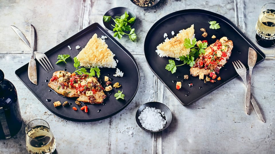 Saftiges Kabeljaufilet mit selbstgemachter Gemüse-Schafskäse-Kruste an knusprigem Basmatireis - einfach köstlich!
