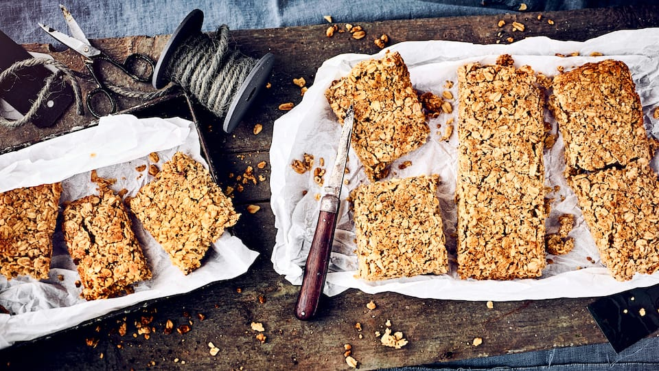 Flapjacks sind ein idealer Snack für zwischendurch. Luftdicht verschlossen halten sich die selbstgemachten Riegel aus Haferflocken, Mandeln, Butter und Ahornsirup ungefähr 4-5 Tage.