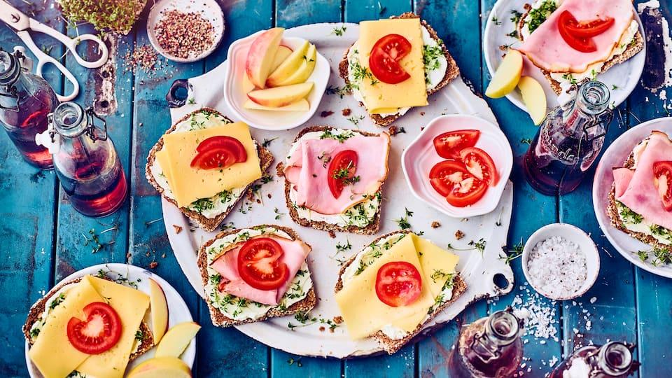 Dieser schnelle Snack passt zu jeder Jahreszeit: Probieren Sie unser Frischkäsebrot mit Kresse, gekochtem Schinken, Apfel und frischen Tomaten – ballaststoffreich und lecker!