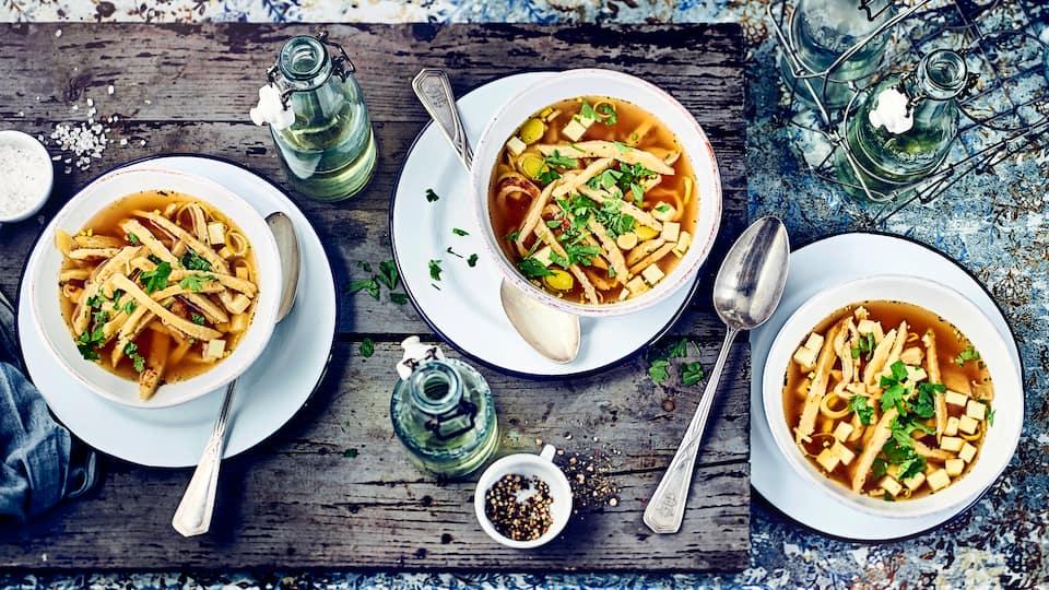 Nicht nur für die kalten Tage eine Spezialität aus Österreich: Probieren Sie unsere Frittatensuppe, eine Rinderbrühe mit eingelegten Eierkuchen-Streifen.