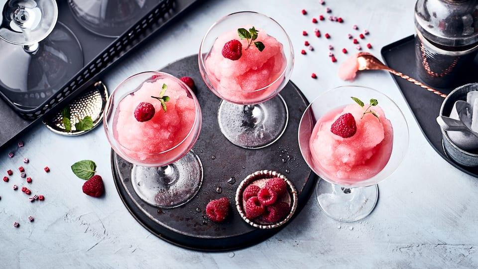 Definitiv ein Kandidat für den Sommerdrink des Jahres: Eiskalter Frosé aus gefrorenem Roséwein, etwas Zitrone, Zucker, Himbeere und Minze.