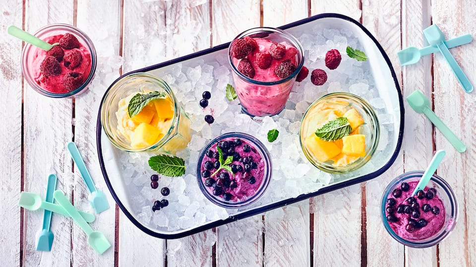 Die erfrischende und Alternative zu Speiseeis ist Frozen Joghurt oder Froyo. Denn statt Sahne wird hierfür Naturjoghurt oder Griechischer Joghurt verwendet. Durch die frischen Früchte kreieren Sie Ihre Lieblingssorte einfach selbst.