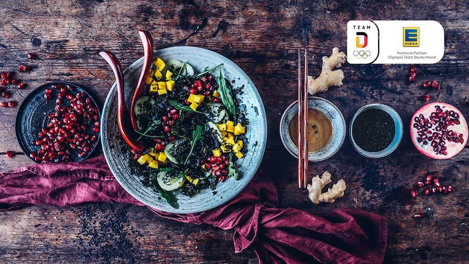 Ausgefallen und superlecker: Unser Rezept für einen fruchtig-scharfen Algensalat mit Granatapfel, Mango, Gurke und einem Dressing aus Sojasoße, Zitronenabrieb, Sesamöl und Ahornsirup.