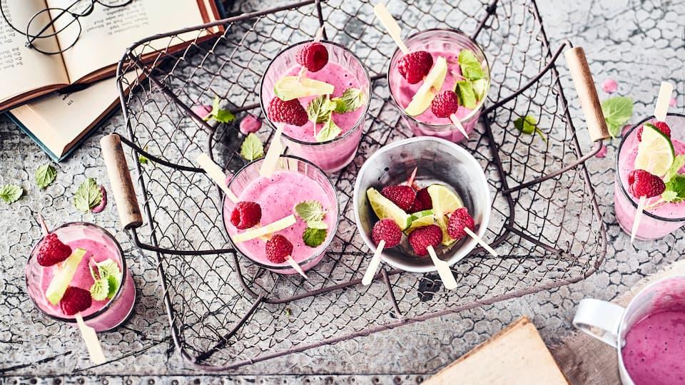 Sie suchen nach einer Inspiration für vegane Snacks? Probieren Sie unseren fruchtigen Sojashake aus tiefgekühlten Beeren, Banane, Ahornsirup und Sojadrink.