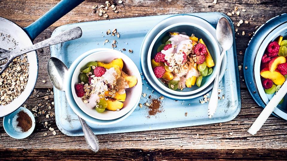 Ideal zum Frühstück oder als Dessert: Unser frischer Fruchtsalat mit feiner Beerenquarkcreme und Knusperflocken – fertig in nur zehn Minuten!