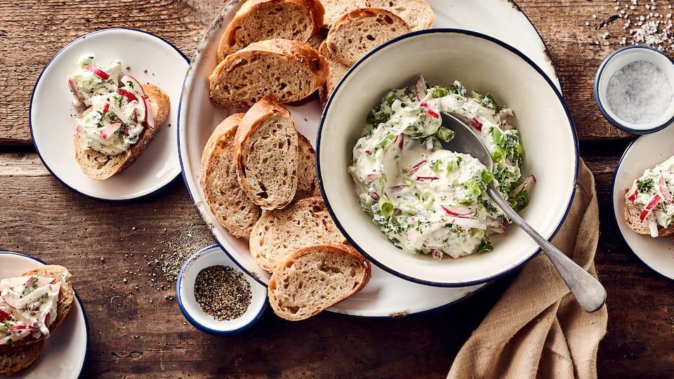 Ganz einfach selbstgemacht und immer eine leckere Idee zum Brot, zum Grillen oder auf dem Buffet: Frischer Frühlingsquark!