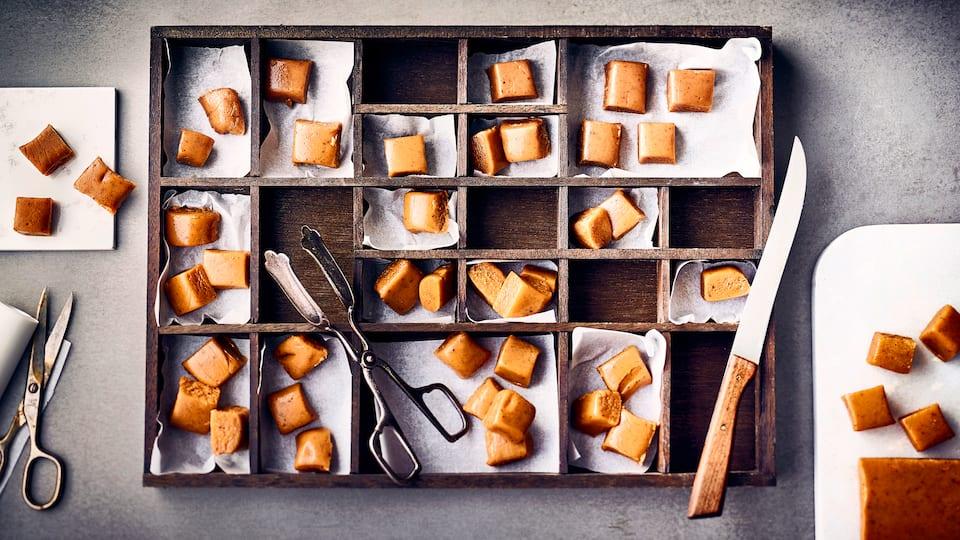 Ob zum selber genießen oder als kleines selbstgemachtes Geschenk: Fudge sind weiche Karamellbonbons, die fast auf der Zunge zergehen.