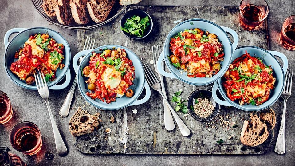 Mediterran gewürzt und auf einem Gemüsebett platziert schmeckt der gebackene Feta herrlich aromatisch. Perfekt als Beilage oder kleiner Snack ist der Käse blitzschnell zubereitet.