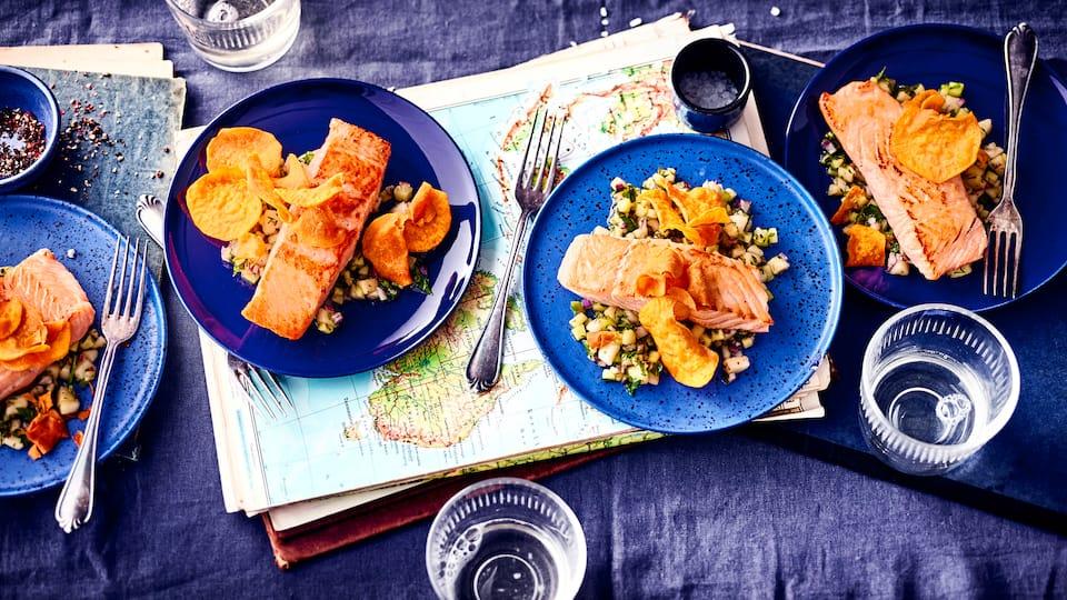 Einfach köstlich! - Birnensalsa und Süßkartoffelchips harmonieren hervorragend mit unserem Rezept für Gebratenes Lachsfilet.