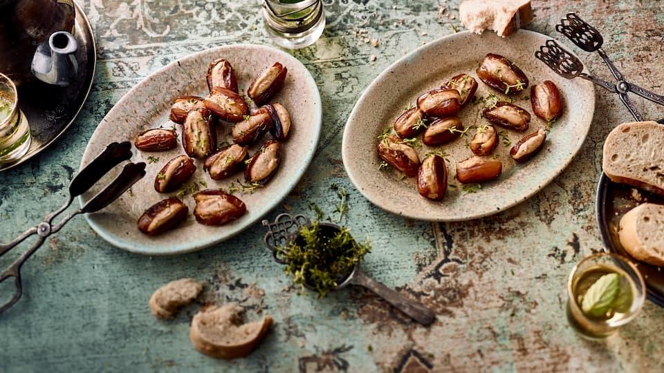 Köstlich gefüllte Datteln mit Ziegenfrischkäse und karamellisierten Walnüssen. Dazu passt gut gegrilltes Fleisch oder Baguette.