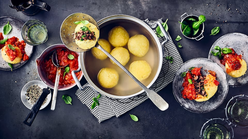 Gefüllte KartoffelklößeOb als Hauptgericht, Beilage zu Fleisch, mit Sauce, lecker gefüllt oder als köstliche Süßspeise: Kartoffelknödel sind herrlich vielfältig.