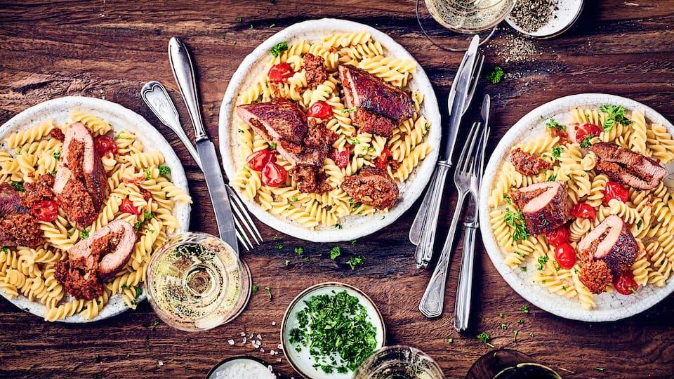 Genießen Sie zarte Lammlachsfilets mit einer mediterranen Füllung! Wir zeigen Ihnen Schritt für Schritt, wie Sie diesen Leckerbissen zubereiten und damit Ihre Gäste verwöhnen.