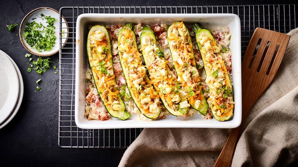 Gefüllte Zucchini mit Schafskäse, Hülsenfrüchten, Reis und Gemüse: ein herzhaft vegetarisches Gericht aus dem Ofen