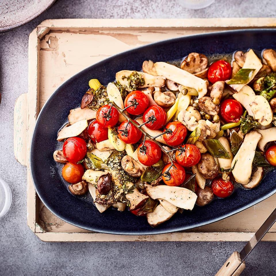 Eine raffinierte Vorspeise für anspruchsvolle Gäste: Gegrillte Antipasti mit Pilzen, Kirschtomaten und Kapern – vegetarisch und schnell zubereitet!