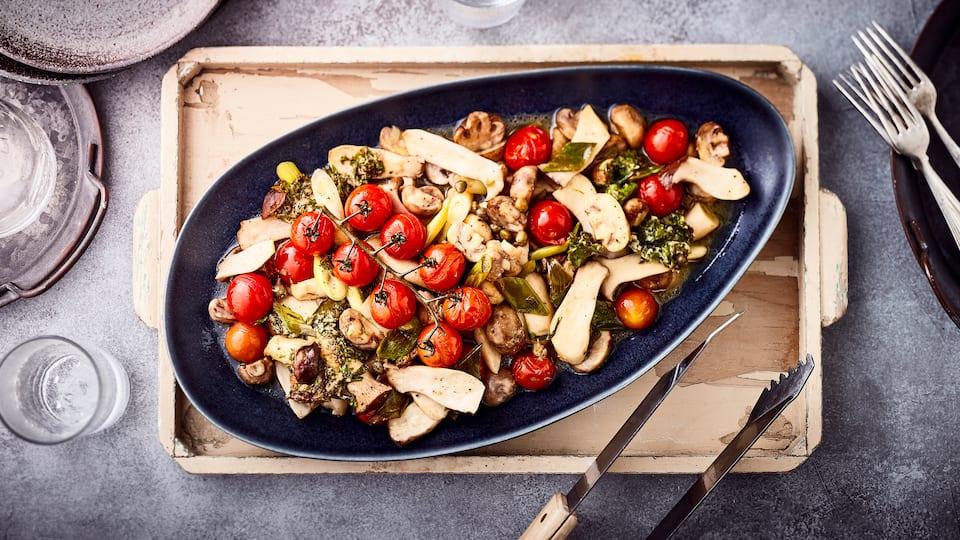 Eine raffinierte Vorspeise für anspruchsvolle Gäste: Gegrillte Antipasti mit Pilzen, Kirschtomaten und Kapern – super schnell zubereitet!