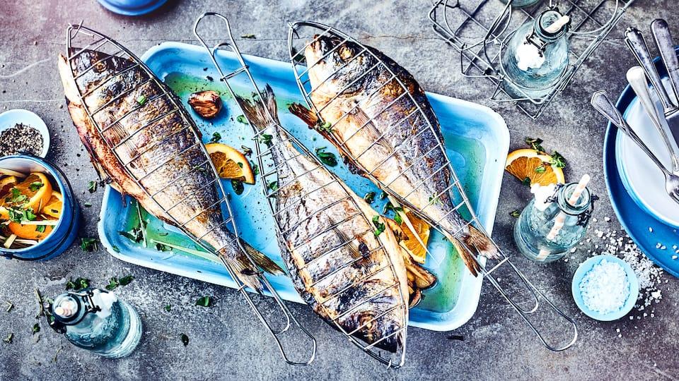 Mithilfe unseres Rezepts für gegrillte Dorade kombinieren Sie frischen Fisch mit einem leckeren-Kartoffel-Fenchel-Salat. Probieren Sie es aus!