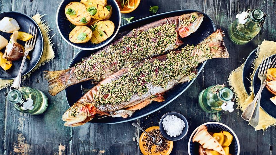 Exklusives vom Grill für Ihre Gäste: Probieren Sie unsere Forelle mit pikanter Kräuterbutter-Sesam-Füllung und leckerem Paprika-Pilz-Gemüse!