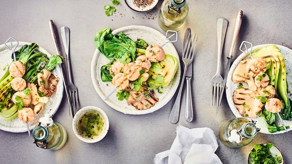 Wenn Sie gerne etwas Abwechslung auf dem Grill möchten, haben wir hier etwas ganz Besonderes für Sie: Gegrillte Jakobsmuscheln mit Pak Choi und Austernpilzen.