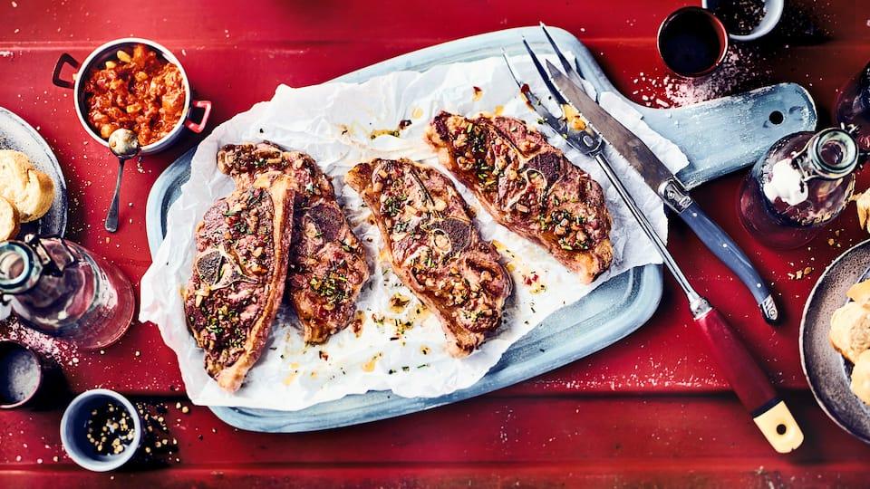 Wie wäre es mit unserer Version für gegrillte Lammkoteletts? Mariniert in einer Rosmarin-Peperoni-Öl-Mischung und mit einem scharfen Salsa aus Paprika, Tomate. Mandeln und Cayennepfeffer – probieren Sie es aus!