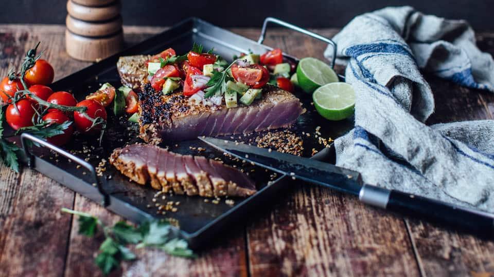 Mit unserem Thunfischsteaks mit Salsa grillen Sie wie in der Karibik. Die Salsa aus Avocado und Tomate ist dabei ein besonderer Gaumenschmaus.