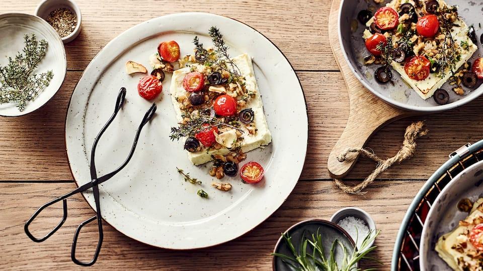 Wie das duftet: Köstlich geschmolzener Fetakäse mit allerlei frischen Kräutern, schwarzen Oliven und kleinen Cherry-Rispentomate. Ein Muss für echte Grillfans!