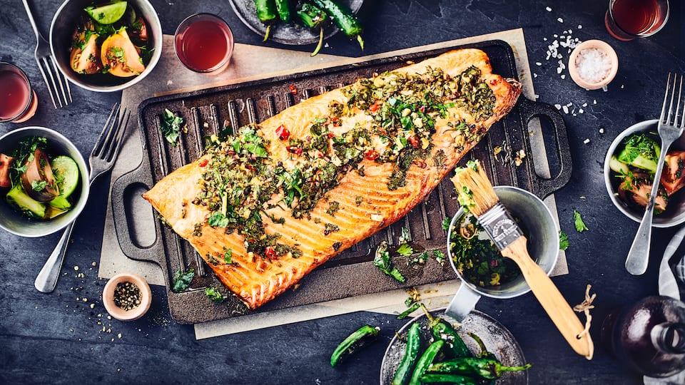 Grillgenuss vom Feinsten: Wildlachsfilet mit sommerlichem Tomaten-Salat und Pimentos: Für echte Genießer!