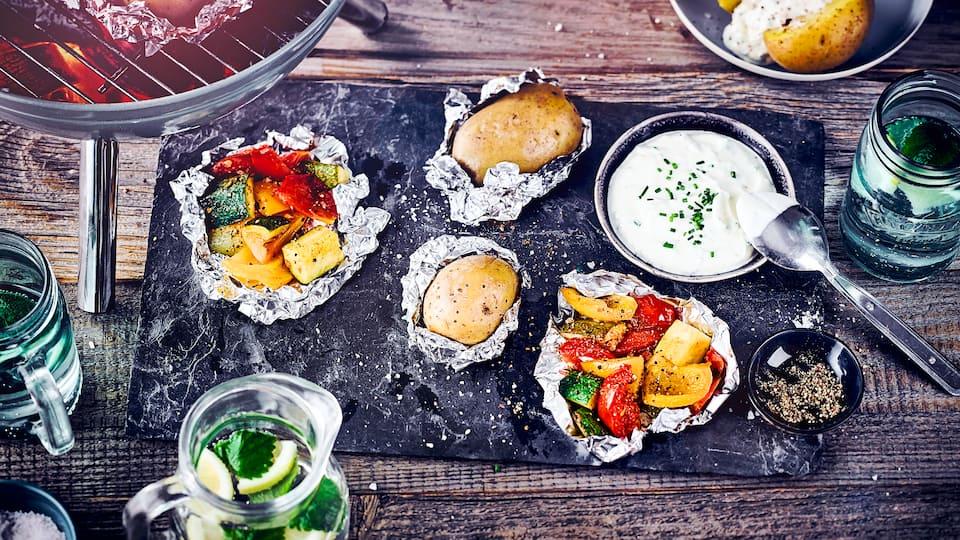 Eine super leckere Beilage vom Grill: Kartoffeln, Paprika, Zucchini und Tomaten in Alufolie gegrillt mit einer Sour Cream.