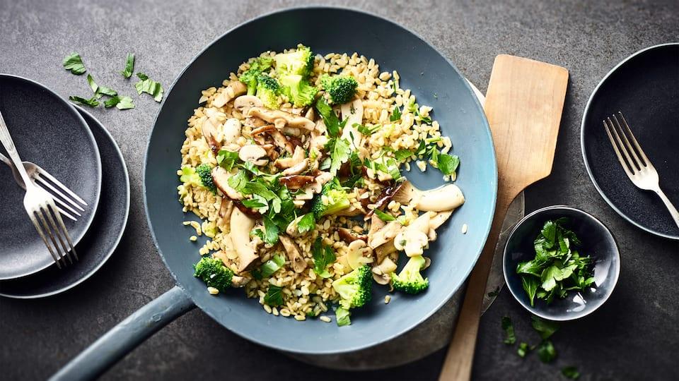 Auch wenn noch etwas unbekannt: Ebly als Zutat in Gemüsepfannen sollten Sie unbedingt einmal ausprobieren! Unsere Variante einer Gemüse-Ebly-Pfanne ist dazu noch vegan.