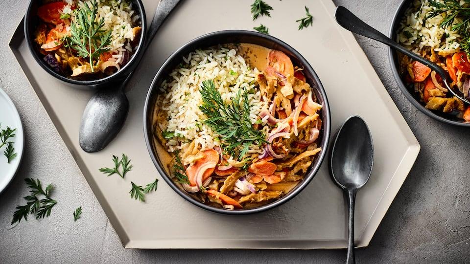 Dieses Gericht ist vegan und Sie haben es in nur 15 Minuten zubereitet: Probieren Sie unser Gemüse-Seitan-Geschnetzeltes mit Karotte, roten Zwiebeln und Erbsen in Sojasahne, dazu Reis mit Kerbel und Petersilie!