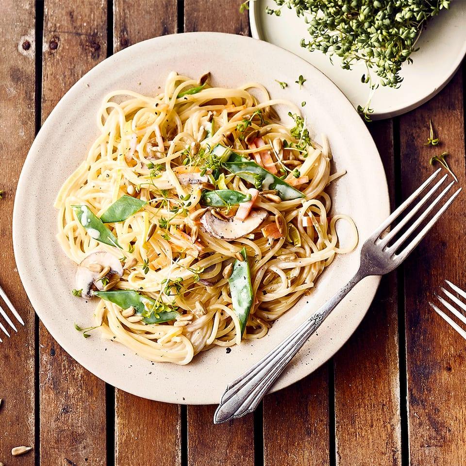 Eine Pasta-Variante für den Sommer: Spaghetti mit Zuckerschoten und Champignons in einer Zitronen-Sahne-Sauce.