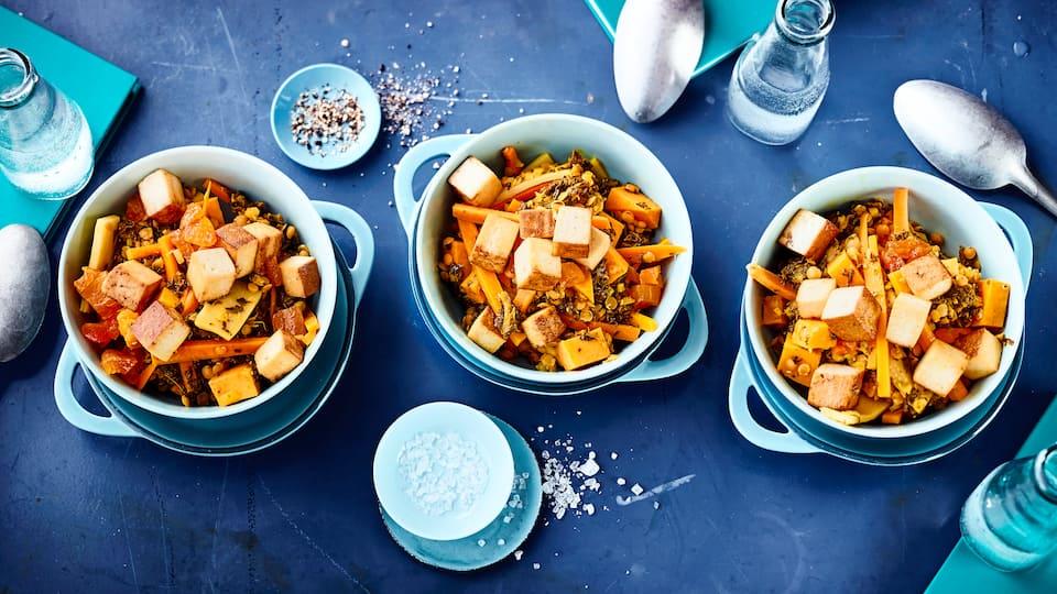 Ein leckeres Curry aus Möhren, Süßkartoffeln, Grünkohl und gebratenem Tofu. Mit Kokosmilch verfeinert wird das Curry schön cremig.