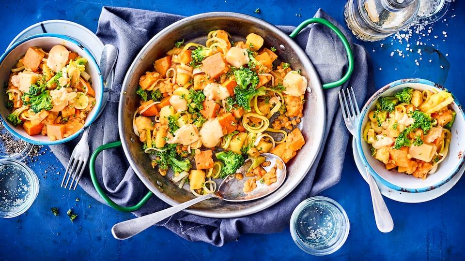 Unsere Gemüse-Kürbis-Pfanne eignet sich perfekt als deftiges Hauptgericht – auch für Vegetarier. Überzeugen Sie sich selbst von unserem Rezept.