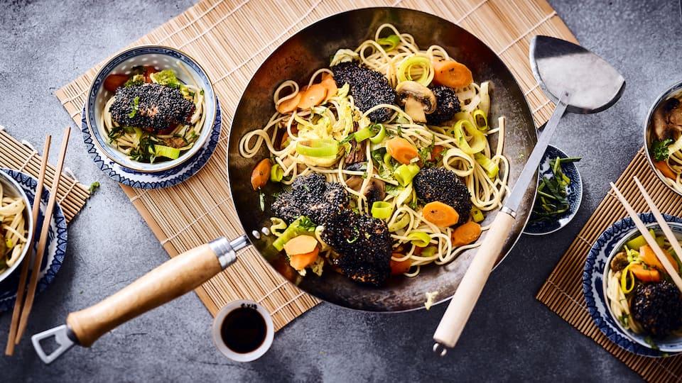 Probieren Sie unser laktosefreies Rezept für Gemüsewok einmal aus: Mit Steinpilzen, Chinakohl, Karotte, Lauch und gebratenen Putenbruststreifen in Sesam-Panade – fertig in 25 Minuten!