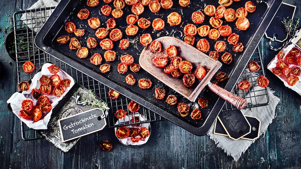 Getrocknete Tomaten lassen sich ganz einfach selberherstellen. Luftdicht verschlossen halten sie sich kühl gelagert auch einige Zeit.