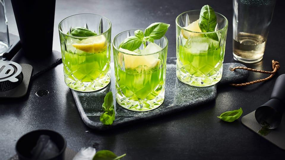 Ein relativ junger Cocktail-Klassiker, der aus Hamburg stammt und es in die große weite Welt geschafft hat: Gin Basil Smash mit Basilikum und Zitrone.