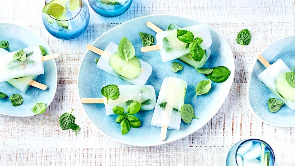 Wenn Sie einmal Lust auf einen leckeren Drink und gleichzeitig eine kühle Erfrischung haben, haben wir hier eine eiskalte Idee für Sie: Unser Rezept für erfrischendes Gin-Tonic-Eis mit Gurke: Der Hit für jede Sommerparty!