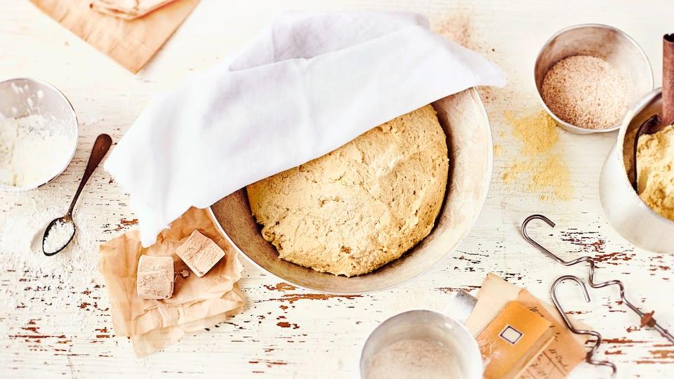 Glutenfreier Hefeteig kann nach Belieben zu Brot, Brötchen, Baguette oder Obstkuchen weiterverarbeitet werden. Für süße Gebäcke einfach etwas Zucker oder Agavendicksaft zum Teig hinzufügen.