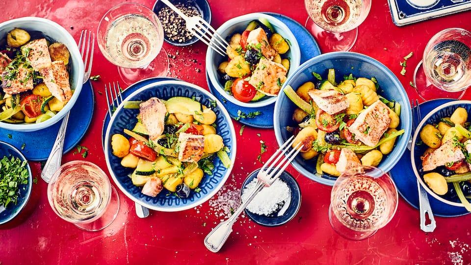 Bereiten Sie mit unserem Rezept und knackfrischen Zucchini, Cocktailtomaten, aromatischen Kräutern und saftigem Fischfilet leckere Gnocchi mit Lachs zu.