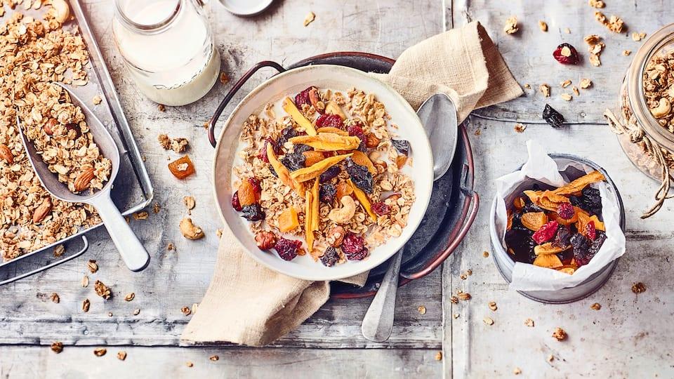 Unser Tipp für einen vegetarischen Snack: Probieren Sie unser knuspriges Granola aus Honig, Mandeln, Cashewkernen und getrockneten Früchten!