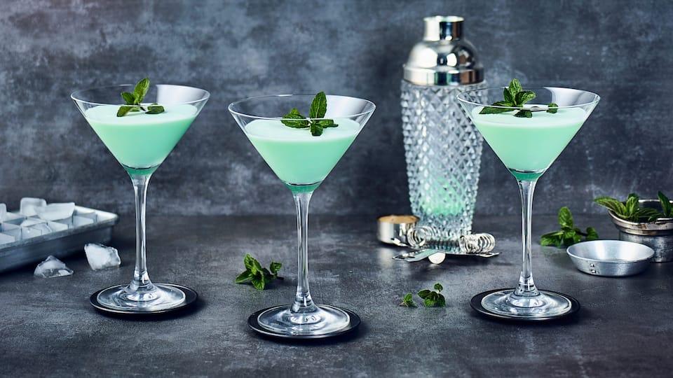 Sahne, viel Eis, klarer Kakaolikör und würziger Pfefferminzlikör ergeben den grünen und süß-cremigen Grasshopper Cocktail.