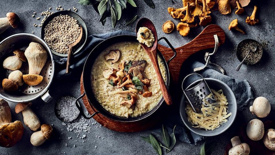 Wärmend und köstlich zugleich: Entdecken Sie unser Rezept für Graupenrisotto mit Pfifferlingen, Champignons und Steinpilzen!