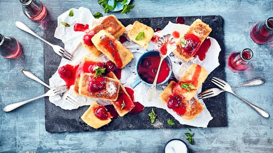 Mit unseren gebratenen Grießschnitten bereiten Sie ein ausgefallenes Dessert zu, das mit einem warmen Erdbeer-Himbeer-Kompott serviert wird.